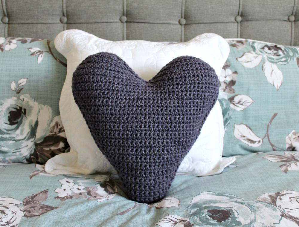 CHUNKY HEART CUSHION – FREE CROCHET PATTERN – Wool and Stitch